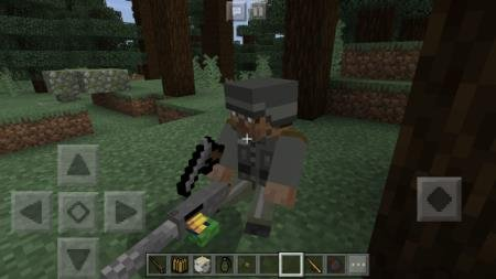 Солдат с пулемётом в лесу